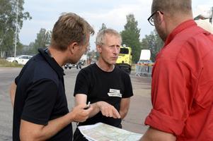 Lars Ambrosiusson går igenom kartan inför de planerade skogsbränningarna på skjutfältsgränsen.