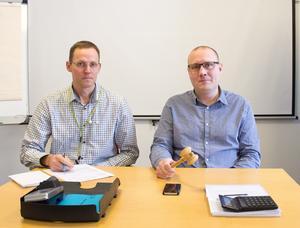 Nicklas Lindström, kronoinspektör, och kronofogden Filip Håkansson ledde den exekutiva auktionen på tisdagen.