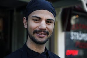 Amer Shaukat, som tolkar intervjun med Mohamed Elnemrawi mellan arabiska och svenska, är upprörd över hur situationen har bedömts av svenska myndigheter.