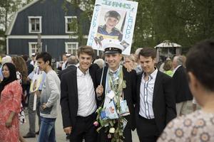 Bröderna Engdahl poserar och firar yngsta brorsan Johannes examen.
