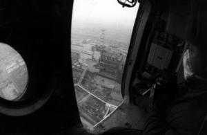 Helikopter cirklar över det fjärde reaktorblocket i Tjernobyl efter explosionen den 26 april 1986.