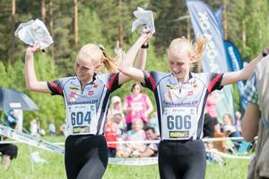 Systrarna Lisa och Erika Åkesson gick i mål samtidigt och delade på silverpengen i D18-klassen.