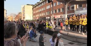 Ett par hundra västeråsare hade kommit till Sigmatorget i solskenet.