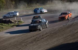 Ida Törnhult längst fram i finalen, strax efter att hon tagit över ledningen från Gunnar Helghe, vars bil syns felvänd längst till vänster i bild.