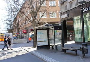 För ovanlighetens skull står busskurarna helt tomma. Resenärerna får åka på Cityringen i stället mellan Centralen och Vasagatan vid Mälardalens högskola.