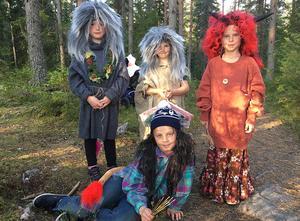 De här fyra trollen hälsade välkommen och instruerade besökarna hur de skulle gå och lite om vad som väntar dem i skogen. Fr v Linnea Warg, Selma Linds, Stina Sandberg och liggande Viggo Isaksson.