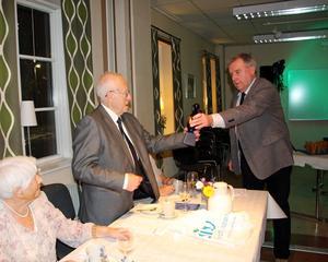 Gävle HIF:s ordförande, Reijo Vuori, gratulerar jubilaren som firar jämnt. Foto:Göran Eriksson