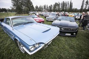 En Ford Thunderbird från 1965 och en lite nyare Chevrolet Camaro SS från 2013