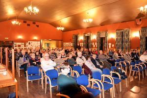 Många bybor hade kommit till Medborgarhuset i Trehörningsjö för att prata om den planerade nedläggningen av hälsocentralen. Det var en hel del irritation i lokalen.