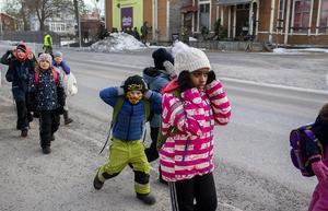 En skolklass från Brännaskolan håller för öronen när de passerar krigsskådeplatsen.