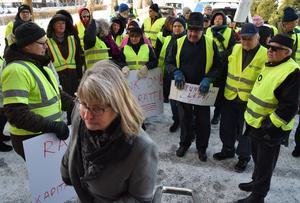 Kommunalrådet Karin Örjes (C) lyssnar till demonstranterna – och lovar fortsatt diskussion.