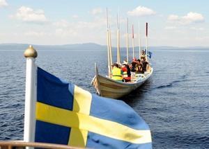 Åtta roddare och styrman fick både ro och dras hem till Vikarbyn från Sollerön.Foto: Jan  Düsing.