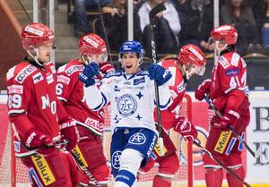 Leksands Oskar Lang jublar efter att ha gjort mål mot Modo. Bild: Erik Mårtensson/Bildbyrån.