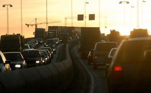 Köer och tät trafik på E4:an i höjd med Essingeleden. Foto: Johan Nilsson/TT