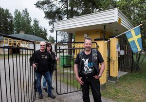 Cruisers Sundsvalls ordförande Ronny Andersson tillsammans med Siw Sahlin-Öberg och Rune Öberg kan nu driva Matfors Folkets park i ytterligare fem år.