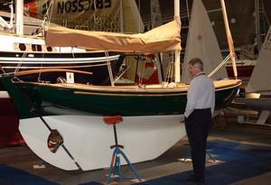 """Scangaard är en 21-fots seglare i gammal stil med kvalitetsarbete i minsta detalj. """"Den skulle jag gärna ha i mitt vardagsrum om jag hade ett sådant"""" sa mässgeneralen Thomas Sandström."""