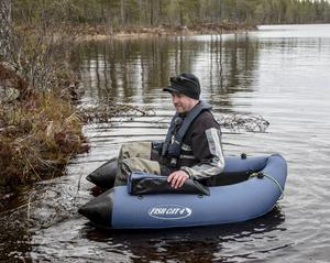Börje Mattsson tar plats i flytringen och hamnar på samma nivå som fisken – det vill säga i vattenytan. Det ger en extra kick.