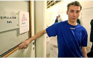 Ett första steg för den som väljer att bli maskinförare tas i simulatorn. Rickard Thorsell introducerade elever från hela länet. Foto: Johnny Fredborg.