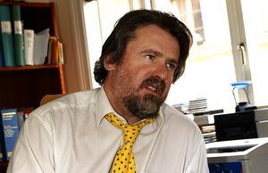 Advokat Tryggve Emstedt i Gävle vänder sig nu till både Advokatsamfundet och justitiekanslern för att få stöd i bråket med Migrationsverket.