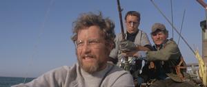 Matt Hopper (Richard Dreyfuss),  Martin Brody (Roy Scheider) och Quint (Robert Shaw) ger sig ut på havet för att jaga den stora vita hajen. Foto: Park Circus