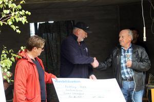Sven-Åke Andersson överlämnade en check på 5 000 kronor till Bosse och Ulla Skoglund från Lions.