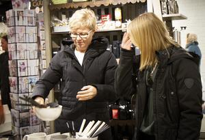 Monica och Felicia Auvinen strosade runt och tittade i butikerna.