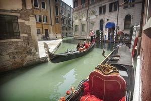 En annan bild av Venedig: Gondoljären vrickar gondolen.