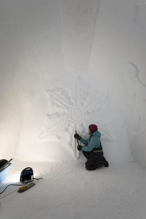 Under tio dagar jobbar Anna Öhlund med att skulptera sitt konstverk hos Igloo Åre.