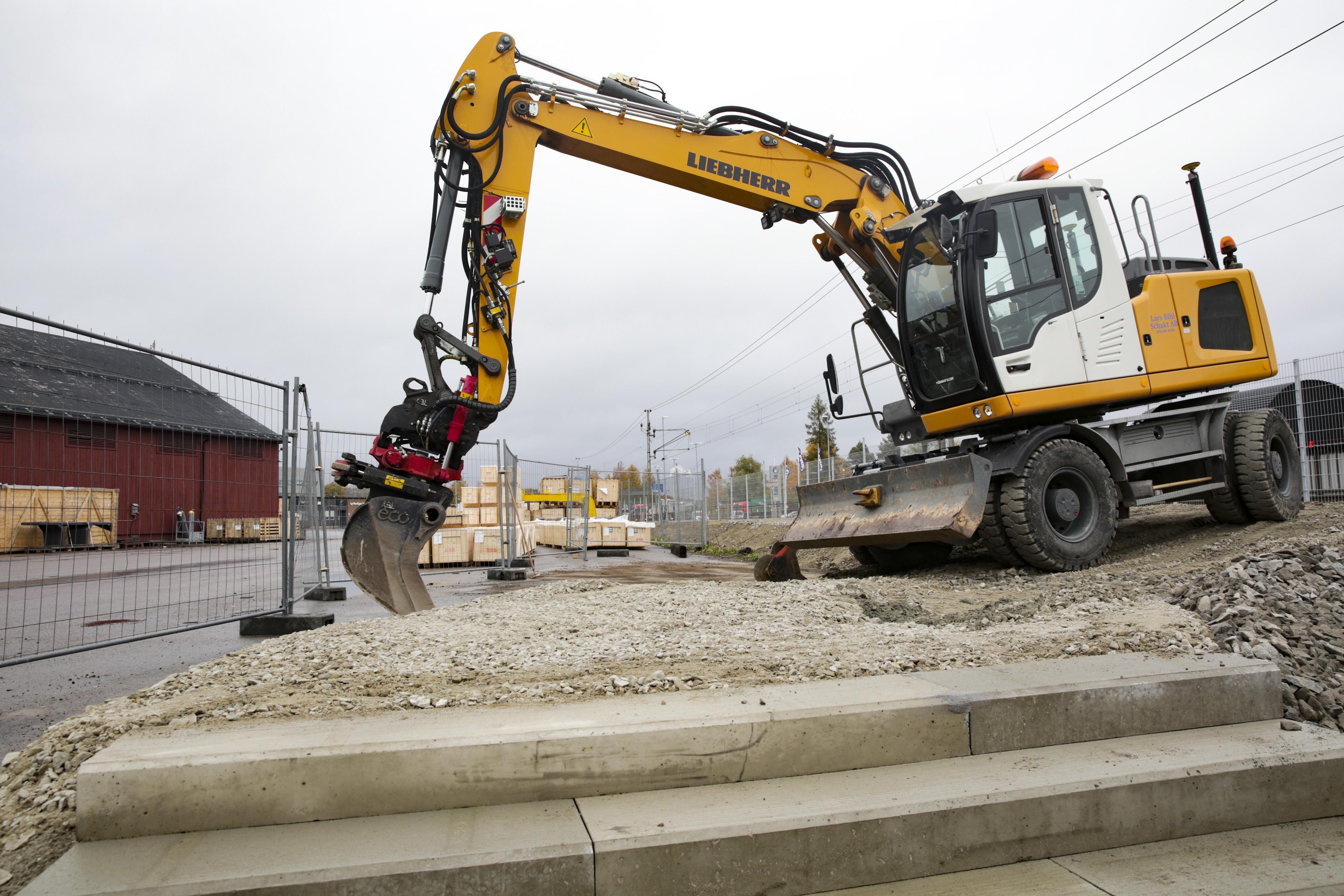 """I början av november invigs nya gång- och cykelvägen som byggts parallellt med järnvägen från """"ABB-skrapan"""" ned till Lyviksvägen."""