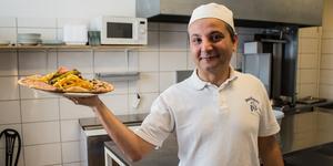 Caner Soysuren poserar stolt med senaste tillskottet på menyn: Rosettpizzan.