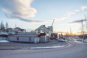 Här vid den nedlagda bensinstationen i änden av Bangårdsgatan i Östersund kan ett tiovåningshus uppföras. Och kanske ett hotell.