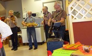 Karl-Johan Gidlund fiol, Affe Granqvist nyckelharpa, Håkan Olsson elbas och Kent-Åke Hörnlund gitarr spelade i rutiga skjortor vid julgransplundringen.