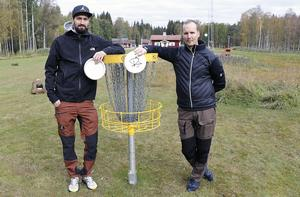 Emil Eriksson och Torgny Sundkvist jobbar för att en discgolfbana anläggs vid Hurtigtorpet.