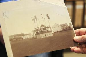 En av många unika bilder som har dykt upp i föreningen Gamla Östersunds arkiv på senare tid är den här, från Stortorget under stadens 100-årsjubileum 1886.