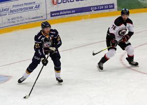 Markus Persson har inlett HockeyEttan strålande och leder just nu både poäng- och skytteligan.