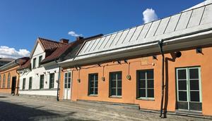 Västeråsarna har protesterat kraftigt när exempelvis de gamla Klippanhusen hotades av rivning, och när Fridnässkolan, som ofta brukar anses som en av Västerås vackraste byggnader, var på väg att säljas under den förra mandatperioden, skriver moderaterna.