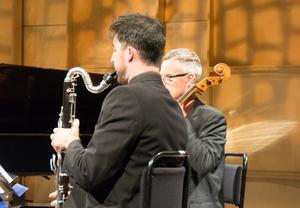 Basklarinett kan tillföra en mörkare färg till ensembleklangen. Här är Tomé Dávila Cacheda igång med den stora klarinetten.