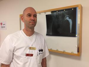 Thomas Ekblom, överläkare på ortopeden i Västerås, har opererat patienter i Lindesberg i vår.