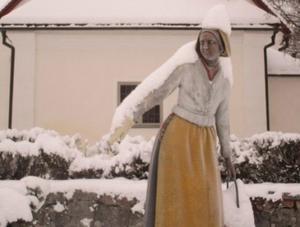 Vackra Karin, statyn utanför Djura kyrka.