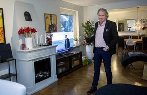 När Stig kommer hem sätter han igång radion och minst två tv-apparater.