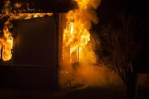 Elden var fortfarande sent på kvällen inte helt under kontroll.
