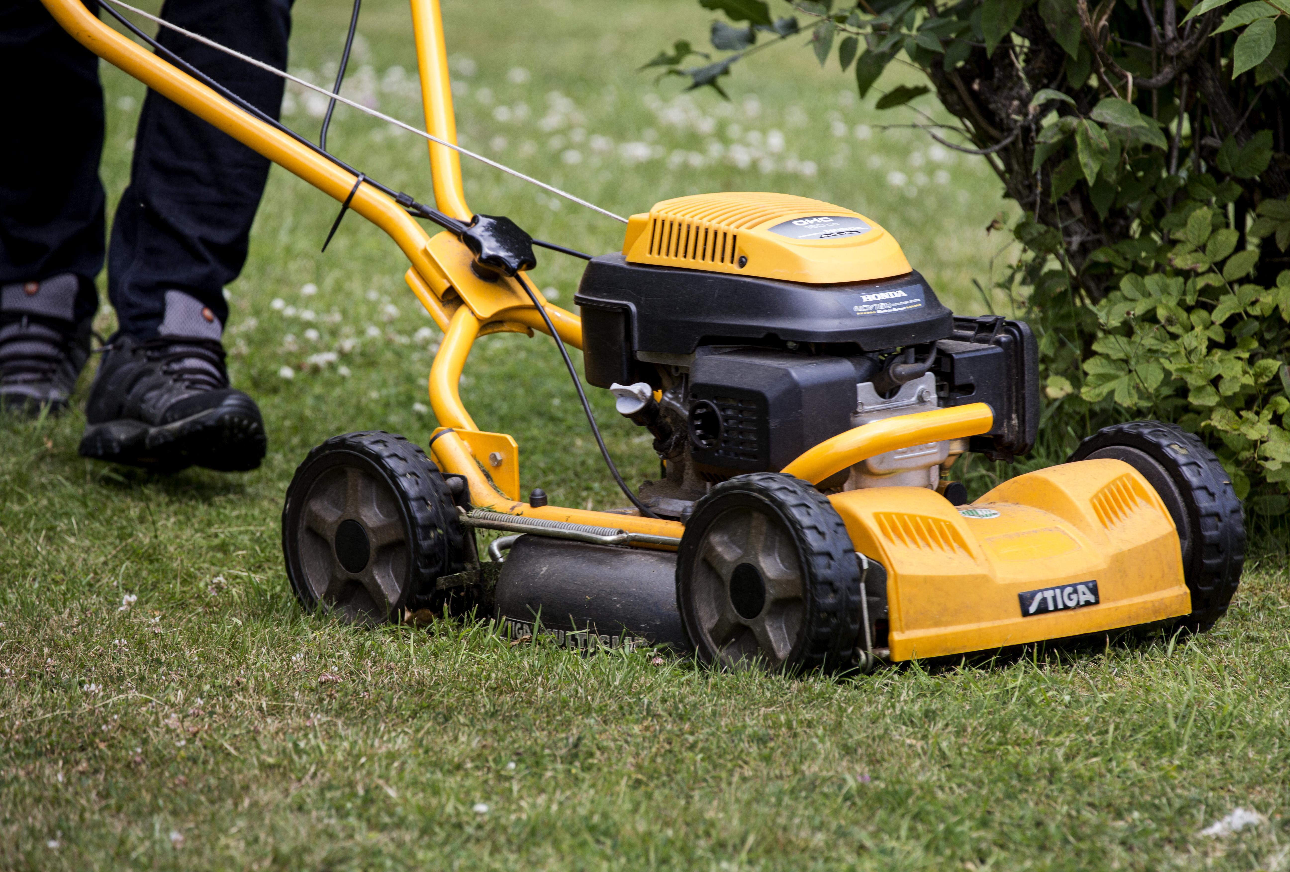 Varje år vårdas omkring 500 personer på sjukhus eller i den specialiserade öppenvården efter att ha skadat sig på gräsklipparen.
