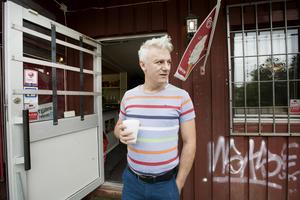 Walid Derwesh från Syrien, driver det kombinerade  gatuköket och pizzerian i Björke. Han har inte märkt av att många röstar på Sverigedemokraterna i samhället. Själv bor han i Gävle med fru, två barn och ett tredje på väg.
