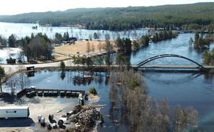 Återvinningsstationen i Idre, vid Storåns utlopp, drabbas av det stigande vattnet.