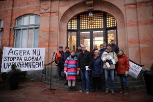 Klimatmanifestationen i Orsa på fredagen arrangerades utifrån Fridays for future av Naturskyddsföreningen Orsakretsen.  Mikael Thalin tog mot  medborgarförslaget  vid kommunhuset  Birgitta Quintino.