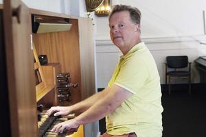 Staffan Krafft är stationerad i Ovanåkers kyrka, jobbar halvtid och kommer även att spela ute i församlingens små kyrkor och kapell. Julotta blir det i Öjungs kapell. Övrig tid frilansar han, har elever och föreläser vid Musikhögskolan.