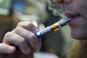 Inga seriösa aktörer hävdar idag att det är riskfritt att använda e-cigaretter. Ångan innehåller utöver nikotin vissa skadliga ämnen som också finns i röken från en cigarett. Men mängden av dessa skadliga ämnen är avsevärt lägre i ångan än i röken, skriver debattförfattarna.