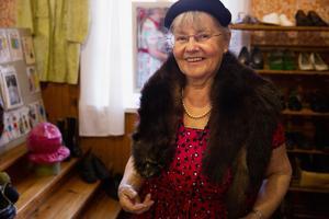 Karin Hellström i minkkrage som var vanligt förr i stället för halsduk.