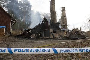 Polisen har spärrat av brandplatsen i väntan på den tekniska undersökningen.