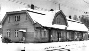 Stationshuset i Bräcke en januaridag 1974. Stationen byggdes 1910, söder om det gamla stationshuset som byggdes 1878.